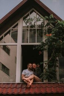Paar knuffelen in houten huis