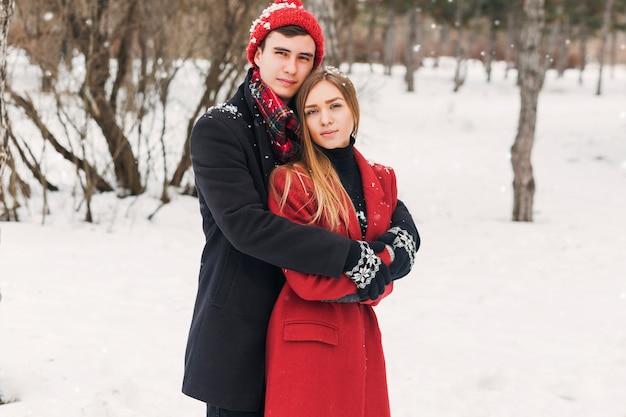 Paar knuffelen op een besneeuwde dag