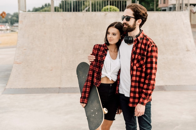Paar knuffelen op skate park