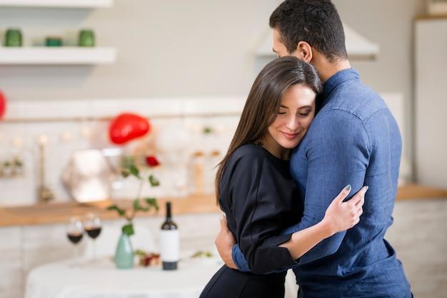 Paar knuffelen op valentijnsdag met kopie ruimte