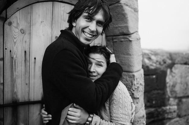 Paar knuffelen staat in de buurt van de deur van de vuurtoren