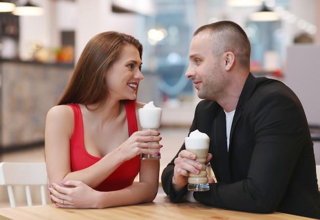 Paar koffie drinken met slagroom