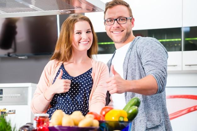 Paar koken pasta in binnenlandse keuken