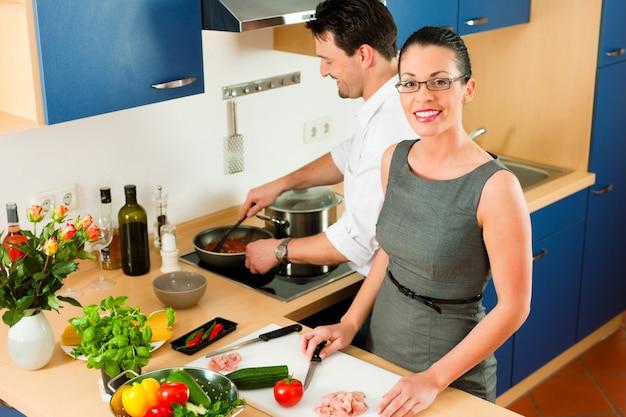 Paar koken samen in de keuken