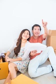 Paar kopen een nieuw huis. schaven om nieuw huis te verfraaien.