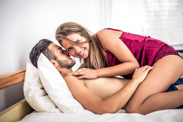 Paar kus in de slaapkamer