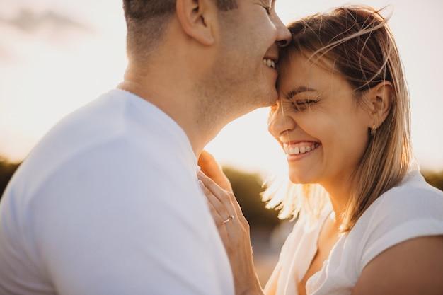 Paar kussen elkaar tegen de zon