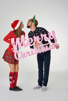 Paar kussen en houden een kerst banner