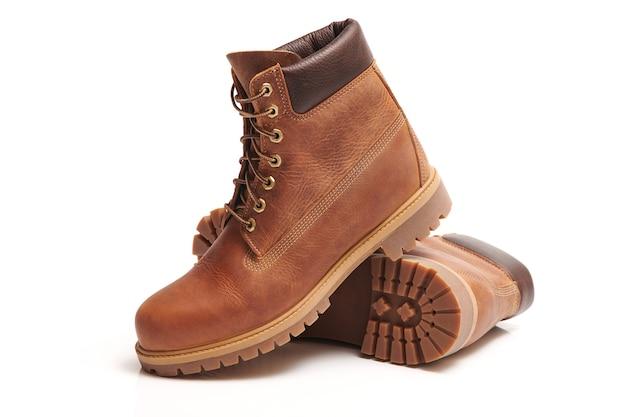 Paar lederen bruine waterdichte herenlaarzen voor geïsoleerde winter- of herfstwandeling. herenmode, trendy schoenen. close-up bekijken.