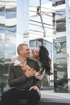 Paar liefde verbluffend sensueel buiten portret vrouw knuffelen senior man op date gelukkig paar dating