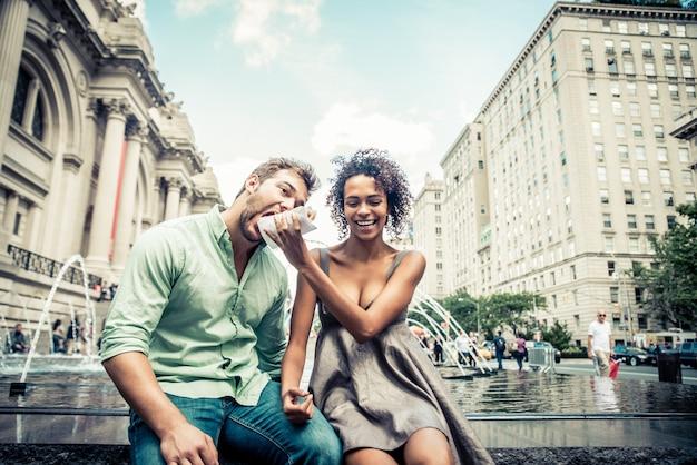 Paar liefhebbers in central park