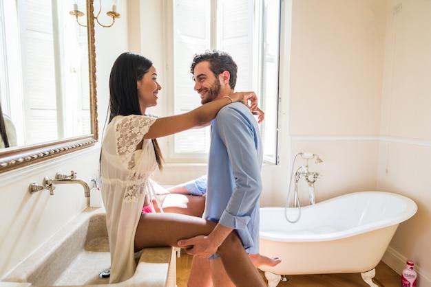 Paar liefhebbers in de badkamer