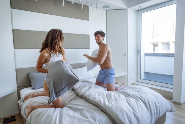 Paar liefhebbers in een penthouse