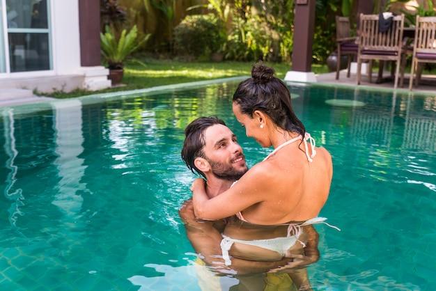 Paar liefhebbers in een prachtige villa met zwembad