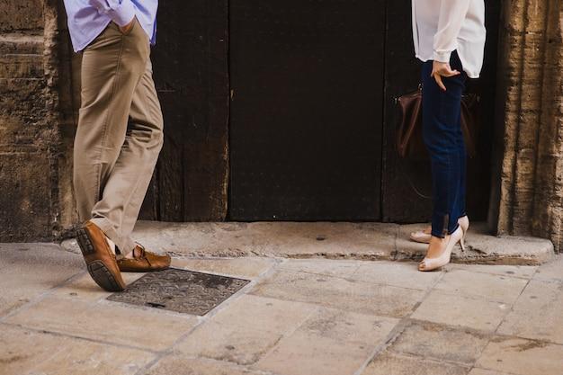 Paar liefhebbers met groene sneakers en staande spijkerbroek