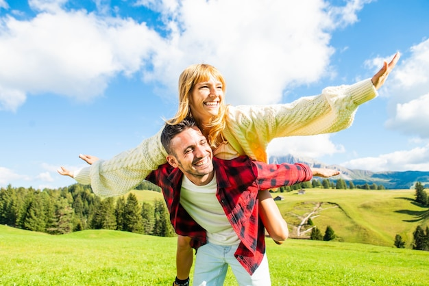 Paar liefhebbers plezier doen meeliften op lente veld