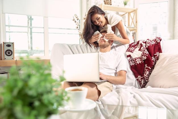 Paar liefhebbers thuis samen ontspannen.