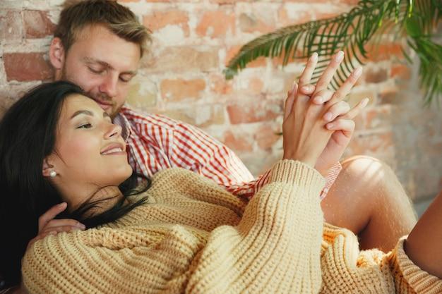 Paar liefhebbers thuis samen ontspannen