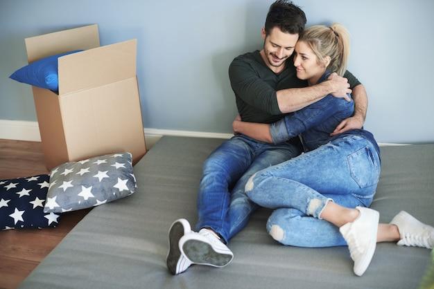 Paar liggend op de vloer in hun lege huis