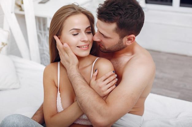 Paar liggend op een bed in een kamer