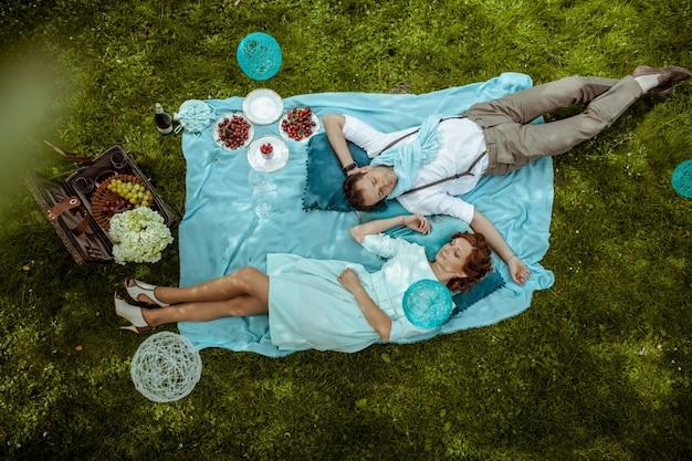 Paar liggend op een deken tijdens een picknick