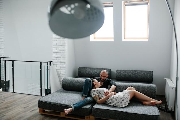 Paar liggend op een slaapbank