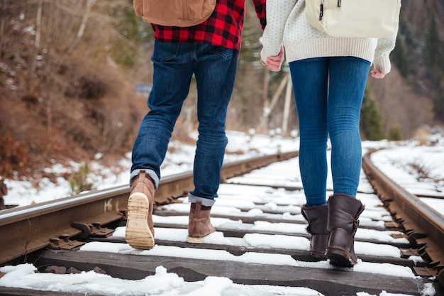 Paar lopen op spoor