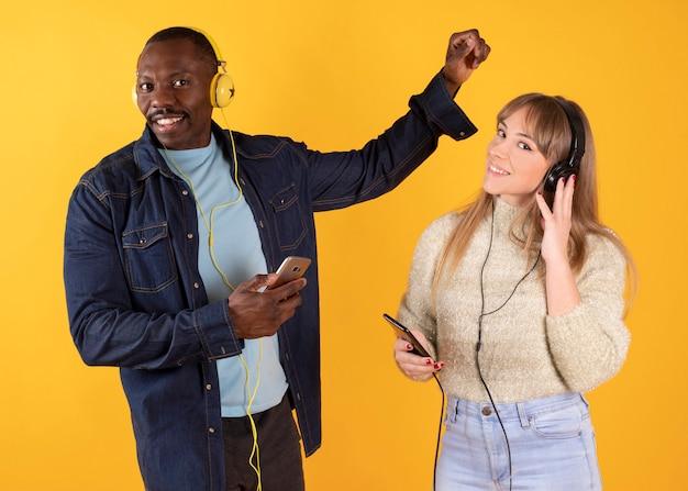 Paar luisteren muziek op hun smartphone