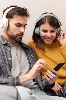 Paar luisteren muziek