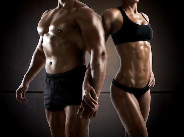 Paar man en vrouw gespierd en bodybuilder