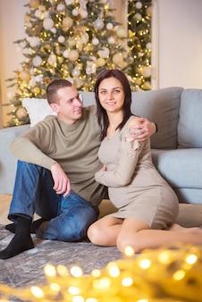 Paar man en zwangere vrouw jong in kerstmis