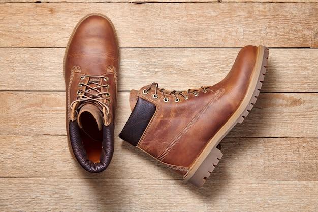 Paar mannen lederen bruine waterdichte laarzen voor winter of herfst wandelen op houten achtergrond
