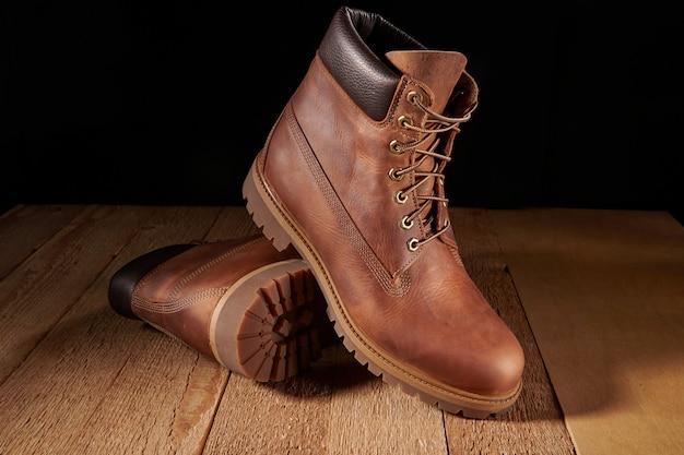 Paar mannen lederen bruine waterdichte laarzen voor winter of herfst wandelen op houten tafel.