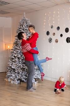 Paar mensen vieren kerst en feestdagen gelukkig in de buurt van een prachtig versierde kerstboom, kerstconcept