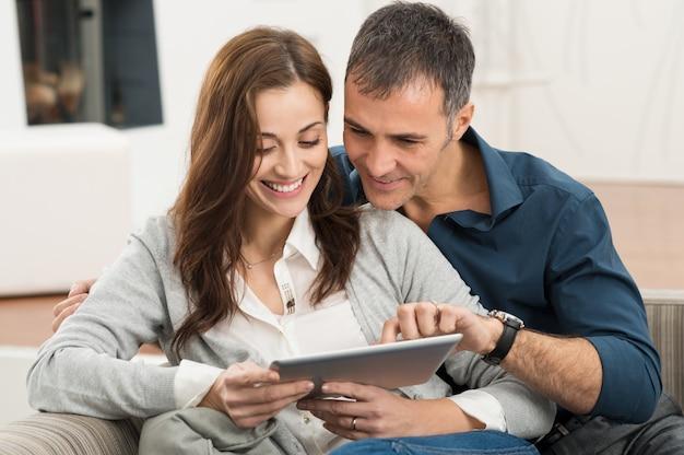 Paar met behulp van digitale tablet