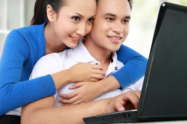 Paar met behulp van laptop