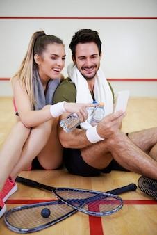 Paar met behulp van mobiele telefoon tijdens korte pauze