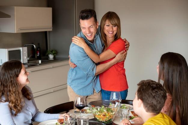 Paar met een aankondiging tijdens het diner omringd door familie