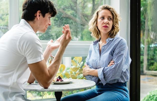 Paar met een argument in het café