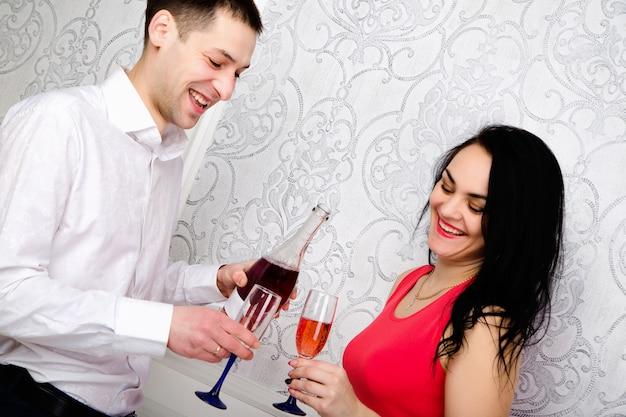 Paar met een glas wijn bij elkaar