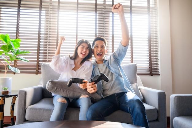 Paar met een goede tijd samen spelen van video game