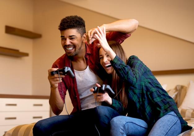 Paar met een goede tijd thuis spelen van games.