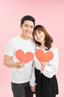 Paar met een hart, symbool van liefde, op valentijnsdag