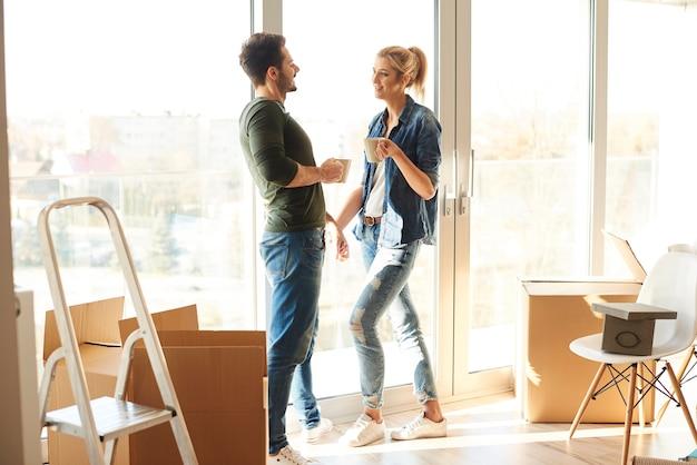 Paar met een koffiepauze in nieuw huis