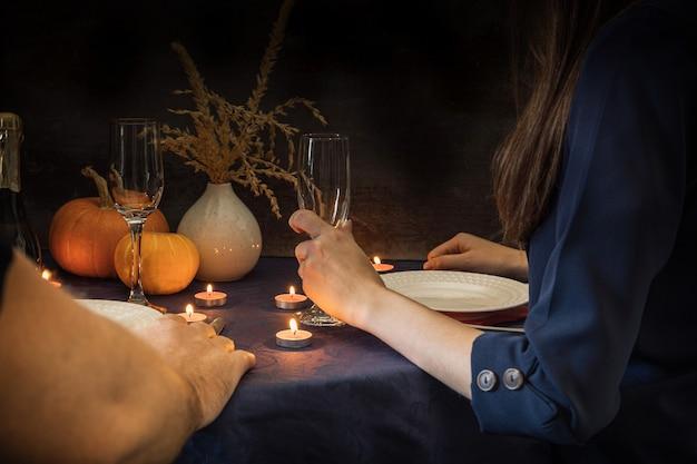 Paar met een mooie date bij kaarslicht. diner bij kaarslicht in een restaurant.