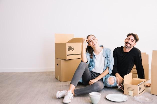 Paar met een pauze van verhuizen