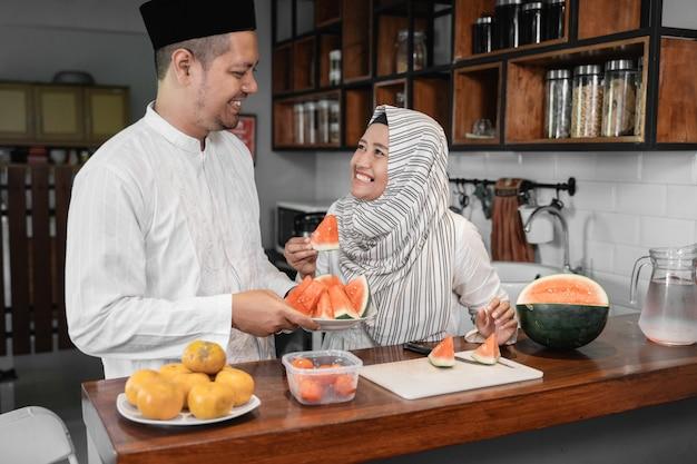 Paar met fruit voor pauze vasten diner
