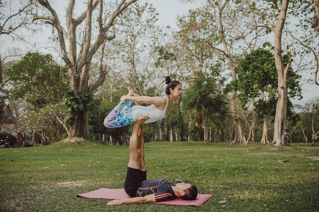 Paar met koele en acrobatische yoga pose