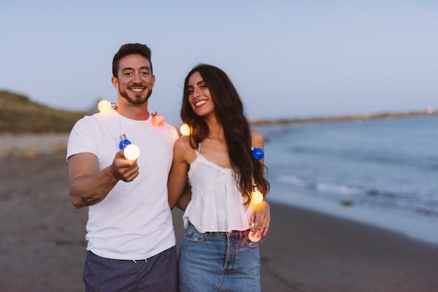 Paar met lichte touw op het strand