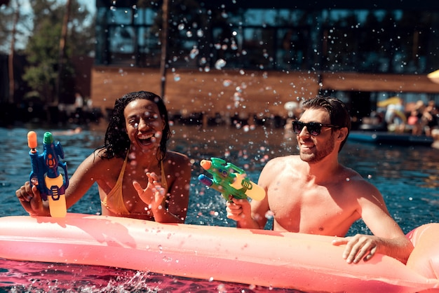 Paar met plezier in zwembad